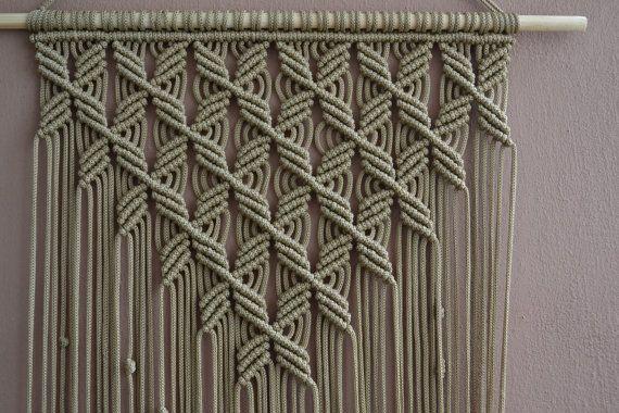 Wand Paneele handgemachte Makramee-Technik. Material: 100 % Polyester. Farbe: Kaffee mit Milch. Armband: Naturholz - Kiefer. Abmessungen: Die Länge des Gurtes an der Unterseite, einschließlich des Threads - 85cm/33,5 Zoll Breite - 38cm/15,0 Zoll