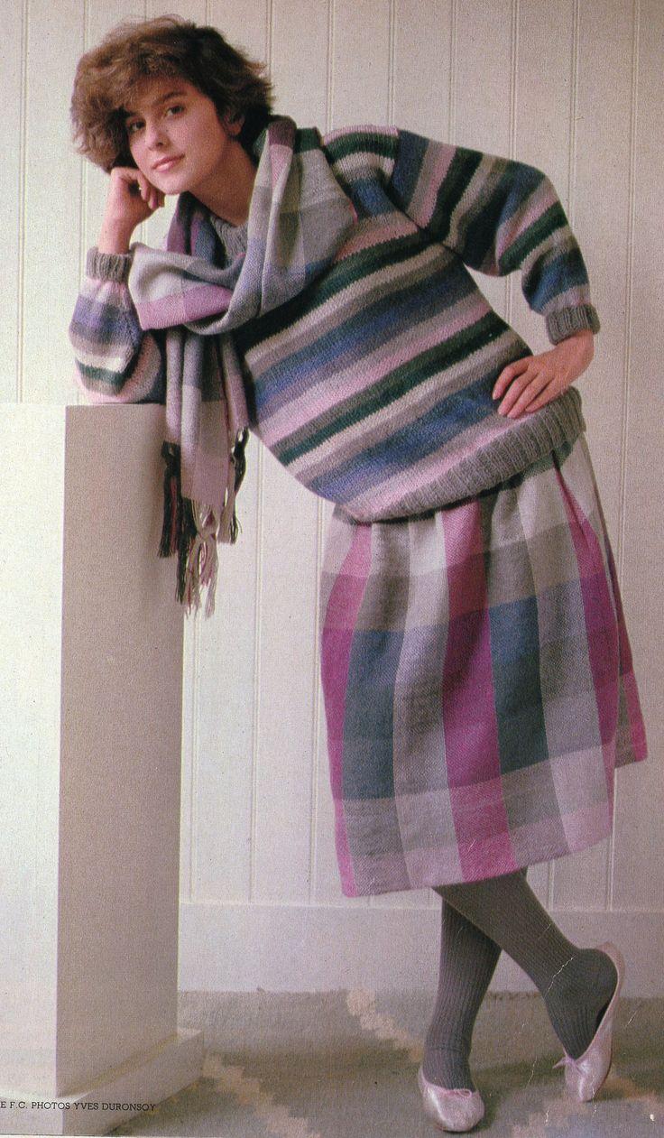 """100 Idées n° 108 - octobre 1982 - article """"Tissez facile et gai"""" - photo Yves Duronsoy - ouvrage Vickie F. C.. Ensemble pull tricoté et jupe et écharpe tissées en qualité """"Alpaga"""" de Georges Picaud."""