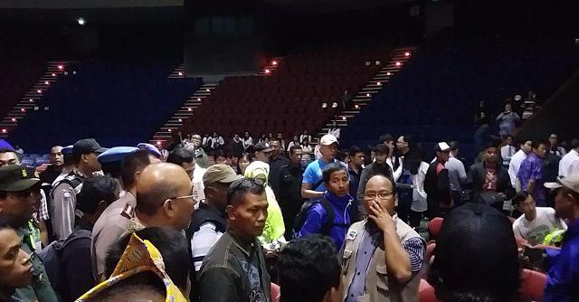 Masalah Kebaktian di Bandung selesai dengan musyawarah  Suasana lokasi (foto SeputarJabar)  Massa yang mengatasnamakan diri Pembela Ahlus Sunnah (PAS) mendatangi lokasi penyelenggaraan Kebaktian Kebangunan Rohani (KKR) di Gedung Sabuga Jalan Tamansari Kota Bandung. Pihak PAS meminta panitia KKR menyelenggarakan kegiatan keagamaan tersebut di rumah ibadah. Seperti dilansir Detikcom hasil kesepakatan antarkedua pihak yang dimediasi polisi membuahkan hasil yaitu acara KKR ibadah Natal sesi…