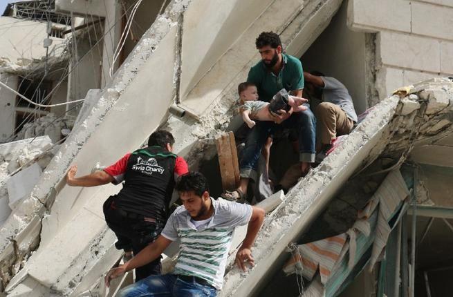 """Serangan udara rezim Nushairiyah Suriah membunuh 13 warga sipil di Idlib  SURIAH (Arrahmah.com) - Sedikitnya 13 warga sipil tewas dan 21 lainnya luka-luka pada Rabu (22/9/2016) dalam sebuah serangan udara rezim Nushairiyah Suriah di Idlib di barat laut negara itu kata seorang pejabat pertahanan sipil setempat kepada Anadolu Agency.  """"Banyak wanita dan anak-anak termasuk di antara mereka yang tewas dan luka-luka"""" kata Omer Olwan.  """"Mereka yang terluka dibawa ke rumah sakit lapangan di kota""""…"""
