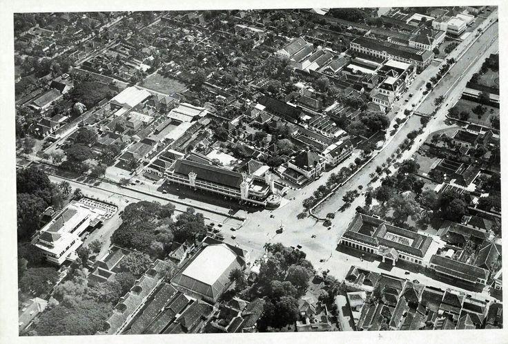 Luchtfoto de Harmonieplein en omgeving te Batavia circa 1935.