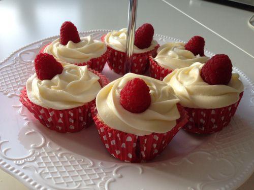 Bringebær cupcakes fra Kakekrigen! (karolineset.blogg.no)