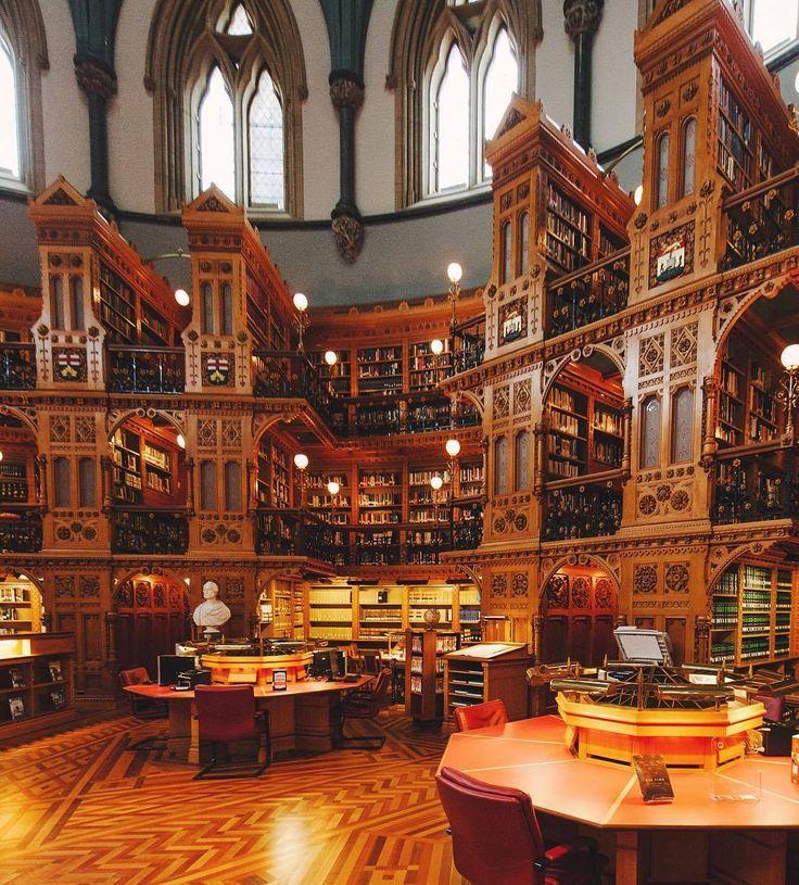 L'histoire de la bibliothèque du Parlement du Canada est particulièrement remarquable. Construite à la fin du XIXe siècle, elle a survécu à deux incendies : celui de 1916 qui a complètement ravagé l'édifice du Centre et un autre ayant pris naissance à même le dôme de la Bibliothèque en 1952. Cette salle, maintenant âgée de 140 ans, est toujours un point fort de la visite du Parlement. Passion Passport