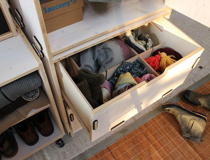 Alles an seinem Platz im Werkhaus-Kleiderschrank und dank der aufziebaren Schubladen mit optionalem Unterteiler auch alles gut zu erreichen.