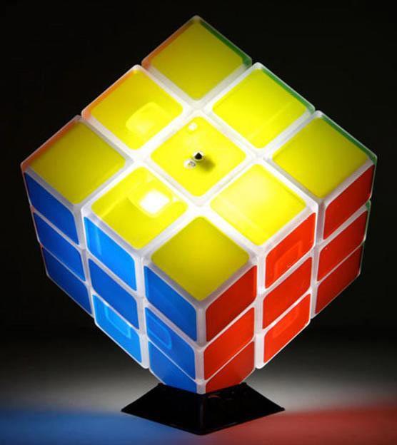 Lámpara Cubo de Rubik Divertida y original lámpara imitando el famoso cubo de Rubik.