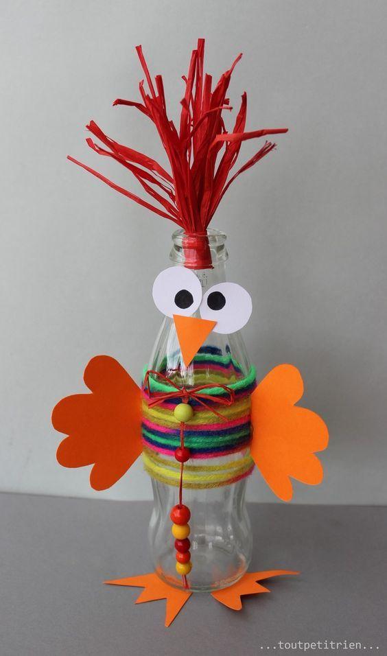 Gallo hecho con una botella, lana y cartulina