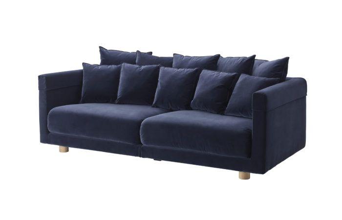 IKEA_STOCKHOLM_2017_morkbla Nya soffan Stockholm 2017 är i mjuk sammet med mängder av sköna kuddar.