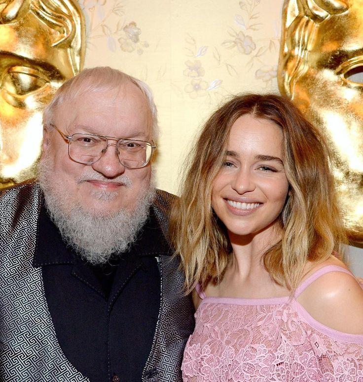 3,739 vind-ik-leuks, 8 reacties - Emilia Clarke (@emiliaclarkee) op Instagram: 'Happy birthday George RR Martin! ❤️'