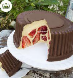 Acredite, esse Bombom Gigante de Morango' é bem mais fácil de fazer do que você imagina! A gente vai utilizar uma embalagem descartável de bolo para fazer a crosta de chocolate! Bom vídeo!