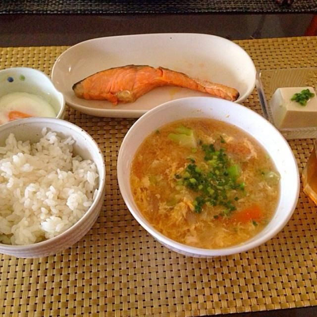 冷蔵庫のありとあらゆる野菜を煮込んでたまごとじ☺️今日の主役です - 35件のもぐもぐ - 野菜味噌汁+鮭、たまご、奴 by tabajun