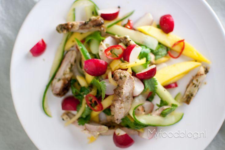 Matt Preston's Aziatische kippendijsalade | Eindelijk had ik tijd om wat uit het boek van Matt Preston, jurylid bij Masterchef Australia, te maken. Deze Aziatische salade met kippendijen sprong bij mij meteen in het oog. Geen verkeerde keuze, zo bleek. Het is een blijvertje!  Uit het boek: Matt Preston's kookboek - 187 recepten die je gegarandeerd populair maken