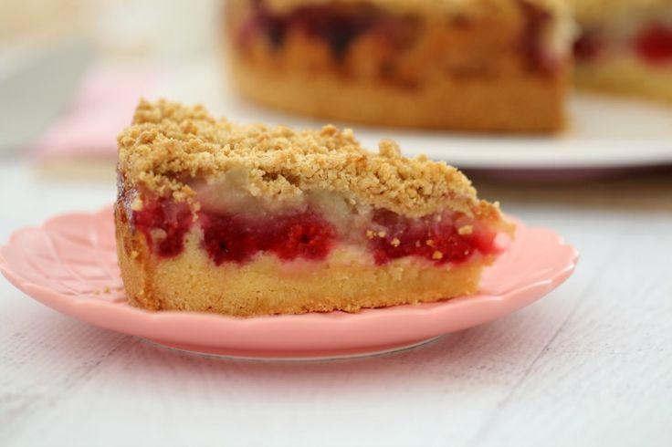 This Raspberry & Apple Crumble Cake has the perfect butter cake base, topped with berries and apple and sprinkled with a crunchy oat crumble. This really is the ultimate cake! #raspberry #apple #crumble #cake #baking #easy #dessert