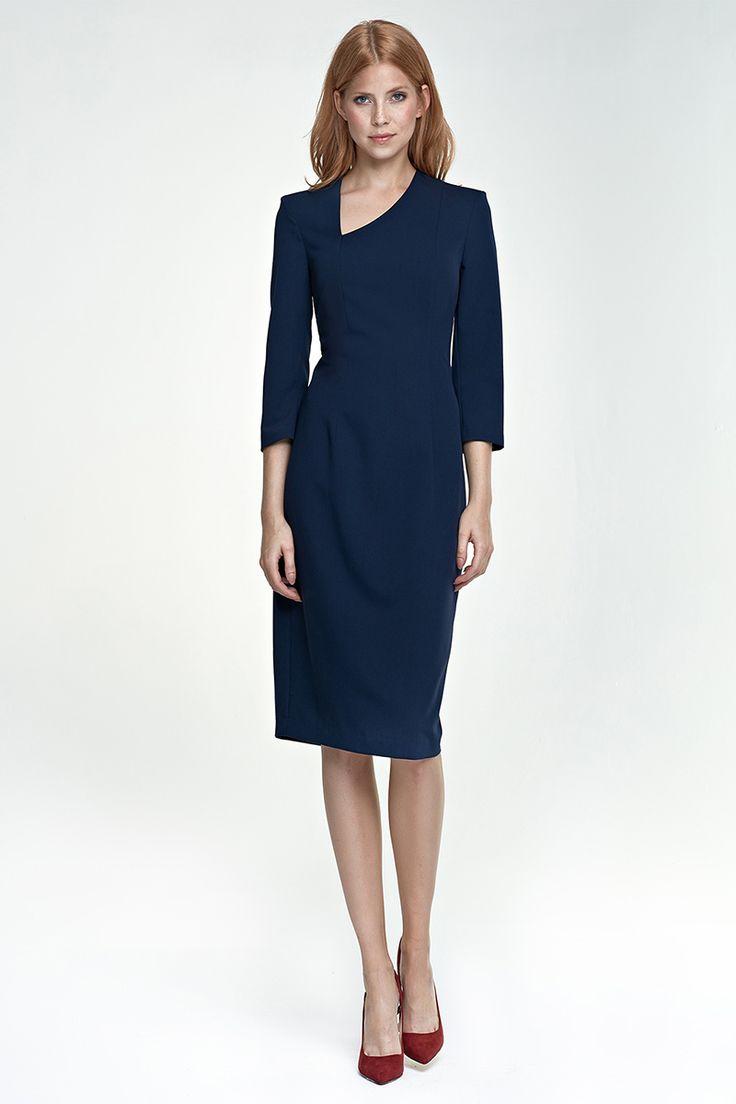 Associée à de jolis talons rouges, votre robe bleu marine vous donnera une incontestable allure chic et élégante.