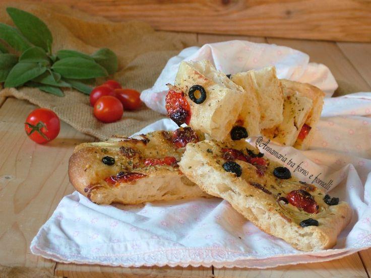 Focaccia+con+olive+nere+cipolla+e+pomodorini