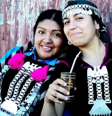 chicas mapuches mateando