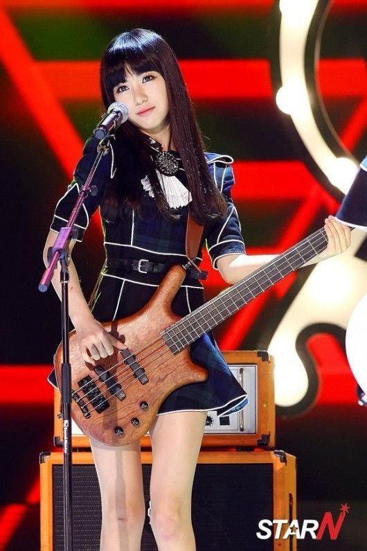 AOA - Kwon Mina #민아 : '베이스 연주하는 인형~' : 네이버 뉴스