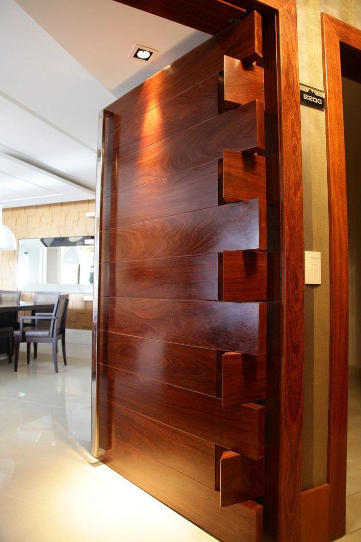 Porta de entrada, Brasil. Nome do Projeto: Apartamento NS. Descrição: Porta de pivotande dentada madeira de demolição e aparador com pés de acrilico. Arquiteto: Larissa Chady
