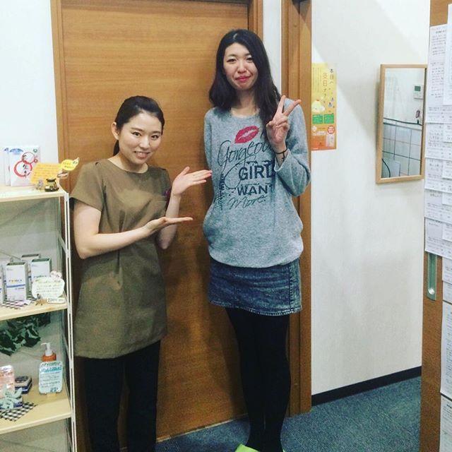 2016/11/10 11:16:48 komono.hari * 先日ミスユニバースファイナリストの佐藤瞳さんが来院してくださいました😊💓 な、なんと身長180センチもある瞳さん(°_°)! これぞモデル体型ですね〜☺️✨ . 隣りに並んだ154センチののべこ。 なんだか段差1つ降りてるみたいになっちゃいました(´⊙ω⊙`) . . #こもの鍼灸院#床に段差ある疑惑 #ポンコツ鍼灸院 #いやいや#ちゃんとフラットですよ . #美容鍼#ビリビリ美容鍼#三重#菰野#四日市 #しみ#しわ#たるみ#乾燥#アンチエイジング #ミスユニバース#ファイナリスト#muj 三重の美容鍼灸専門サロン こもの鍼灸院