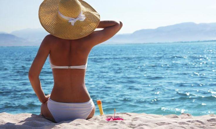 Schon kurze Zeit in der Sonne kann die Haut verbrennen. Abhilfe schaffen natürliche Mittel wie Quark und Aloe Vera. Weitere Tipps bei Sonnenbrand gibt es hier >>