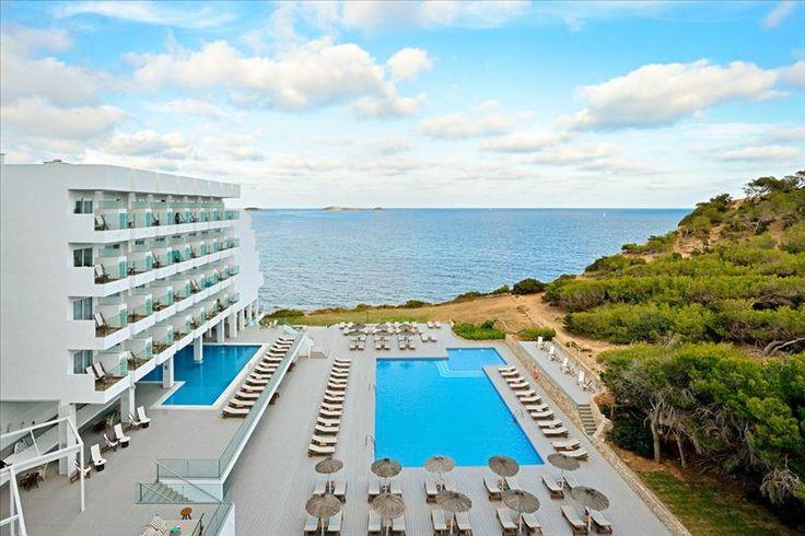 Sol Beach House Ibiza  Description: ? Rustig gelegen adults only hotel in Santa Eulalia ? Vanaf het zonneterras een schitterend uitzicht op zee ? Uitstekende Mediterraanse keuken Op zoek naar een adults only hotel waar je de sfeer van Ibiza proeft? Dan ben je Sol Beach House aan het juiste adres. Dit moderne 4-sterren hotel is in Mediterraanse stijl ingericht en heeft een perfecte ligging aan zee. In dit adults only (16) hotel geniet je van de rust de Spaanse zon en de uitstekende keuken…