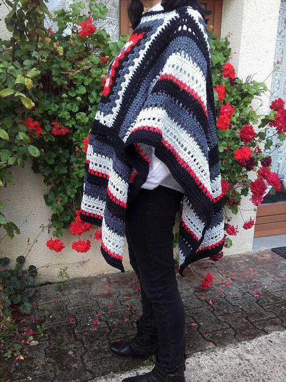 Châle poncho noir gris blanc rouge au crochet