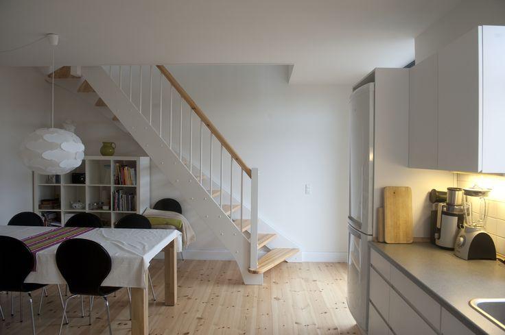 Mønsterbo, Frederiksberg. Etablering af tagboliger af Pålsson Arkitekter. Lejligheden får en trappe i køkkenet, der fører op til det udnyttede tagrum med ny stue og to ekstra værelser.