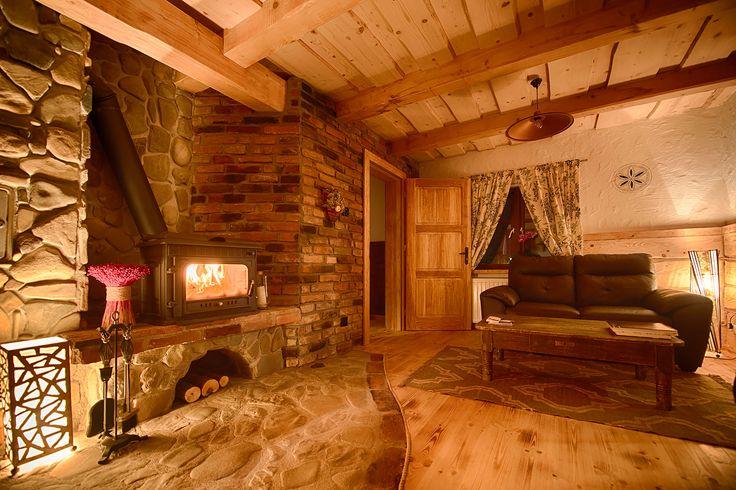 """Apartament dwupokojowy """"Dąb"""" typu studio to sypialnia z podwójnym łożem, dużą łazienką z pokojem prysznicowym i pokój dzienny z kominkiem + aneks kuchenny."""