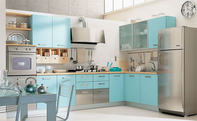 """В этой галерее мы собрали для вас 55 кухонь в голубых и бирюзовых тонах. А затем - разделили их по оттенкам и степени яркости, а вы можете найти любимый или тот, что больше подходит для настроения, которое вы хотите создать в кухне. Кроме того, вы увидите: кухни с фасадами этих цветов в сочетании с другими оттенками; варианты кухонных интерьеров, где часть стен окрашена в эти тона, а кухни, например, белые; мини-тур """"Голубая кухня в деталях"""". Но вначале вы узнаете о том, почему этот цвет…"""
