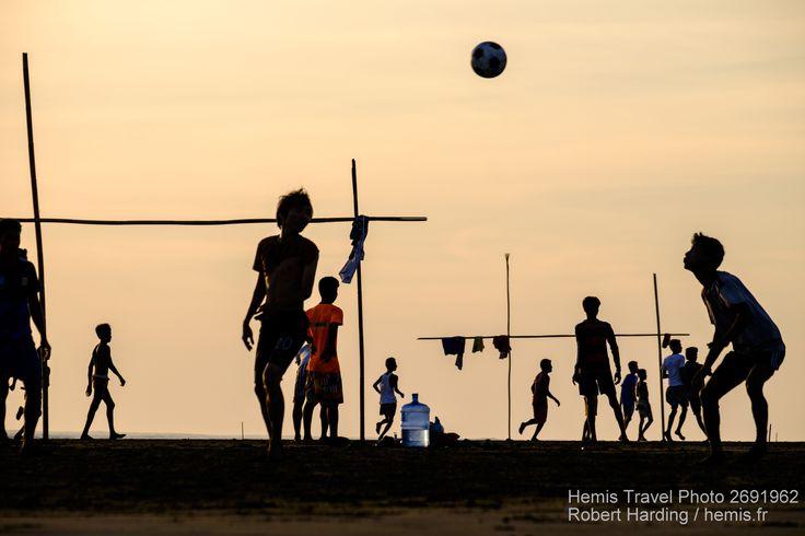 People playing football at Viewpoint, a panorama on the Kaladan river, Sittwe, Rakhaing state, Myanmar (Burma), Asia Date : 09/06/2016 Credit : Robert Harding / hemis.fr