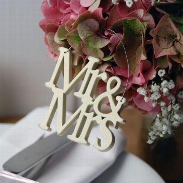 schriftzug aus holz mr mrs klein hochzeit dekoration. Black Bedroom Furniture Sets. Home Design Ideas