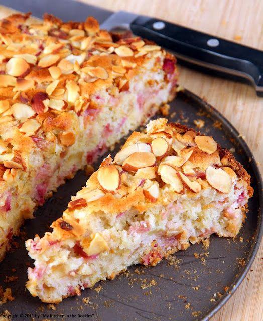**Gâteau moelleux à la rhubarbe** La pâte: 600-800g rhubarbe ( ou bien d'autres fruits!), 100g beurre ramolli, sucre ( j'ai pris 130g), vanille, 3 oeufs, 1 paquet de levure chimique, 200g farine. Sauf la rhubarbe, mettez d'abord les oeufs et le sucre dans le robot, ensuite le reste et à la fin, vous incorporez la rhubarbe. Enfournez à 180° pendant 45 minutes environ. Mandelblättchen, Zimt, Zucker etc. nach Wunsch...