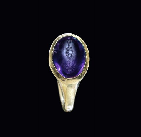 A ROMAN GOLD AND AMETHYST FINGER RING CIRCA 1ST CENTURY B.C.