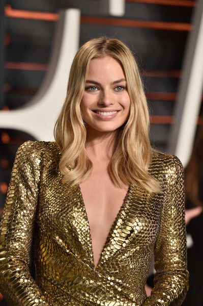 Margot Robbie Photos - Actress Margot Robbie attends the 2016 Vanity Fair Oscar Party Hosted By Graydon Carter at the Wallis Annenberg Center for the Performing Arts on February 28, 2016 in Beverly Hills, California. - 2016 Vanity Fair Oscar Party Hosted By Graydon Carter - Arrivals