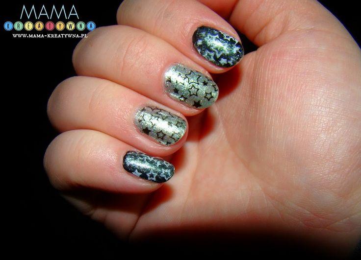 Świąteczne paznokcie z gwiazdkami to efekt z użyciem stempelków do paznokci, które podbijają moje serce.    Świąteczne paznokcie z gwiazdkami powstały, bo jestem niecierpliwa... Jestem też ciekawska. W związku z tym, kiedy przyszły zamówione przeze mnie płytki do stempelków na paznokcie usiedzieć w miejscu nie mogłam ;) Choć to prezent na święta