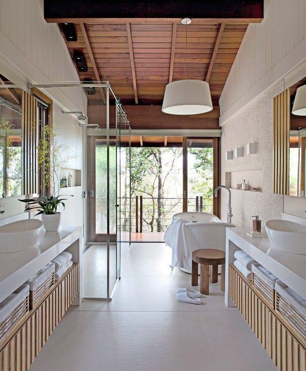 Sala de banho A varanda ao fundo traz a natureza ao interior. Armários projetados pela HZ Móveis receberam portas de lâmina de bambu ripadas (Foto: Marco Antonio / Editora Globo)