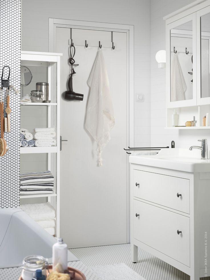 HEMNES badrumsserie med plats för allt du behöver förvara. HJÄLMAREN hängare för dörr.