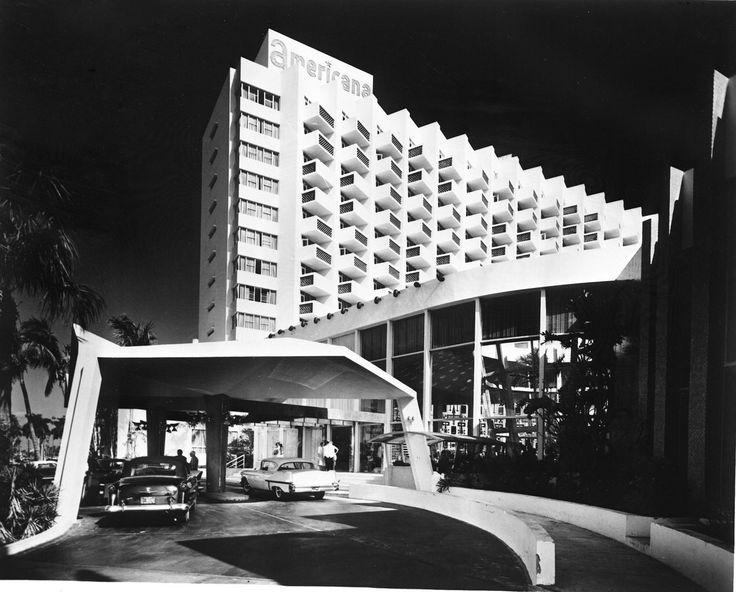 MIMO-architectuur oftewel Miami Modern bij Hotel Americana naar ontwerp van Morris Lapidus uit 1956.