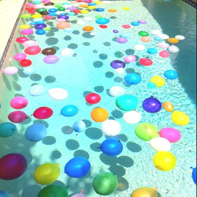 Des ballons à eau tout plein dans la piscine : que la fête commence !