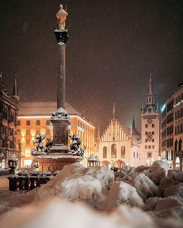 Einen Riesigen Schneehaufen Sieht Man Am Marienplatz Auch Nicht Alle Tage Kurz Nach Dem Bild Kamen Auch Schon Die Bagger Nachtaufnahmen Bilder Fotografie