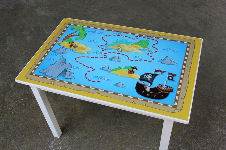 Een stoere kindertafel met een print in piraten thema erop. Past perfect in een stoere piraten kinderkamer.