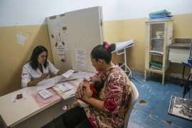 Homens abandonam mães de bebês com microcefalia em PE: Abandono. A menina Nivea passa por exames com a mãe, a promotora de eventos Carla Silva, no Hospital Oswaldo Cruz