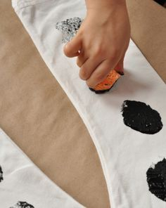This dalmatian costume is simple for expert crafters and novice dog lovers alike. Make a dalmatian costume with your child for Halloween or play time.