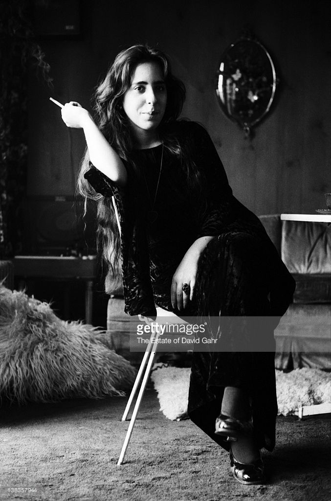 singer-and-songwriter-laura-nyro-poses-for-a-portrait-at-home-on-4-picture-id138357944 (677×1024)