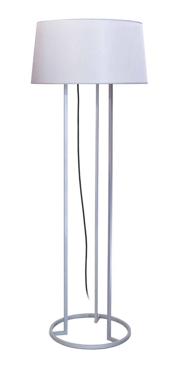 Lámpara de pie modelo Aurum de Decorluc.  El pie es de hierro en forma de trípode y la pantalla Perla gris.