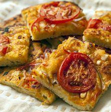 Παραδοσιακή εκδοχή της πιο απλής Ελληνικής πίτσας. Το μυστικό βρίσκεται στο ζυμάρι, και στις ώριμες καλοκαιρινές ντομάτες