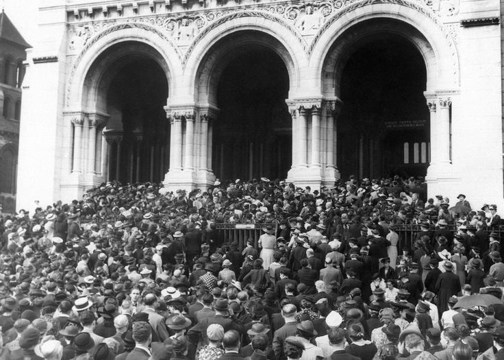 Vast masses of Parisians gathered at the Basilica Church of the sacred heart on the hill of Montmartre to attend a religious service and pray for peace. Part of the huge crowd gathered in front of the church in France on August 27, 1939.