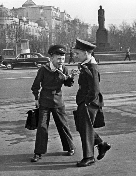 The boys were required to wear the military tunic with collar small stands. Tunic supposed to wear a belt with a buckle, as authorized headdress was a cap with a leather visor.