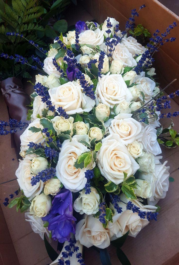 Esküvői főasztaldísz fehér rózsából és levendulából. | Szeretnél hasonlót? Neked is szívesen készítünk valami szépet, kérd ajánlatunkat: https://eskuvoidekor.com/viragdekoracio