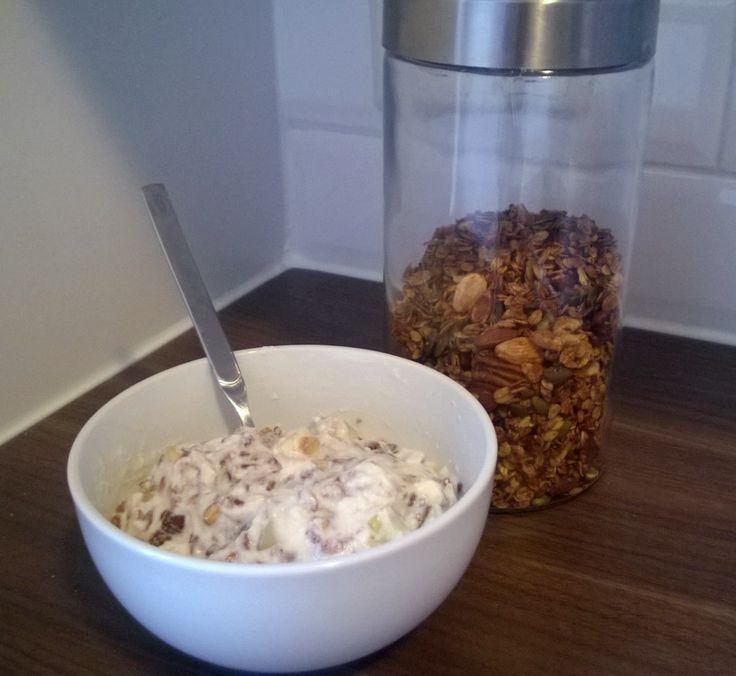 Granola is een combinatie van haver, noten en zaden die geroosterd zijn in de oven. Natuurlijk kun je hier ontzettend mee variëren. Hopelijk geeft dit recept inspiratie om op zoek te gaan naar je eigen ideale mix! - http://www.airfryerweb.nl/recepten/granola/