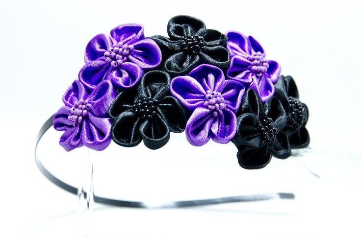 Čelenka Rozalia černo-fialová Kovová čelenka o šířce 0,5cm,barva černá. 6 ručně šitých saténových květinek včerné afialovábarvě. Středy květů jsou vyšity rokajlem a perličkami. Velikost květů jsou3 - 4 cm.Celková délka aplikace cc 11-15cm. Pro pohodlnější nošení jsou květy podlepeny filcem. Foto: Michaela Nohejlová-Neofoto Jedná se o autorskou ...